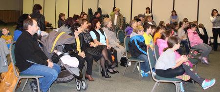 Публика при връчването на отличието на д-р Иван Гаджев