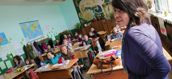 учители по български