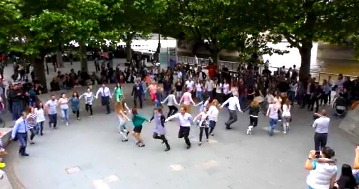 Българско хоро в центъра на Лондон