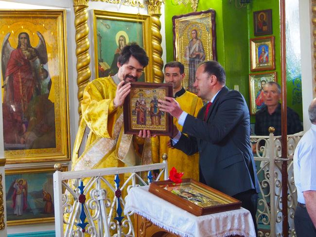 Михаил Миков дарява икона