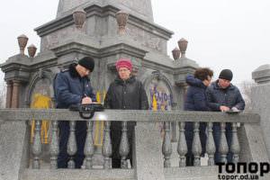 Полицаи съставят протокол за заливането с боя на паметника на българските опълченци в Болград.