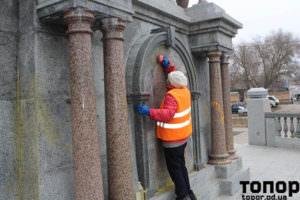 Почистване на боята от паметника в Болград